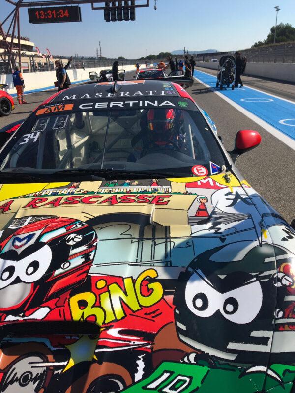 Art cars sur le capot d'une voiture de course